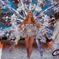 Heidi Klum is back in lingerie for 2009 VS Fashion Show